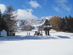菅平高原の初雪、滑れそうに見えるゲレンデ